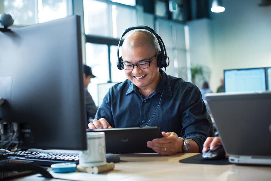 office-worker-device-integration-tablet-desktop.png