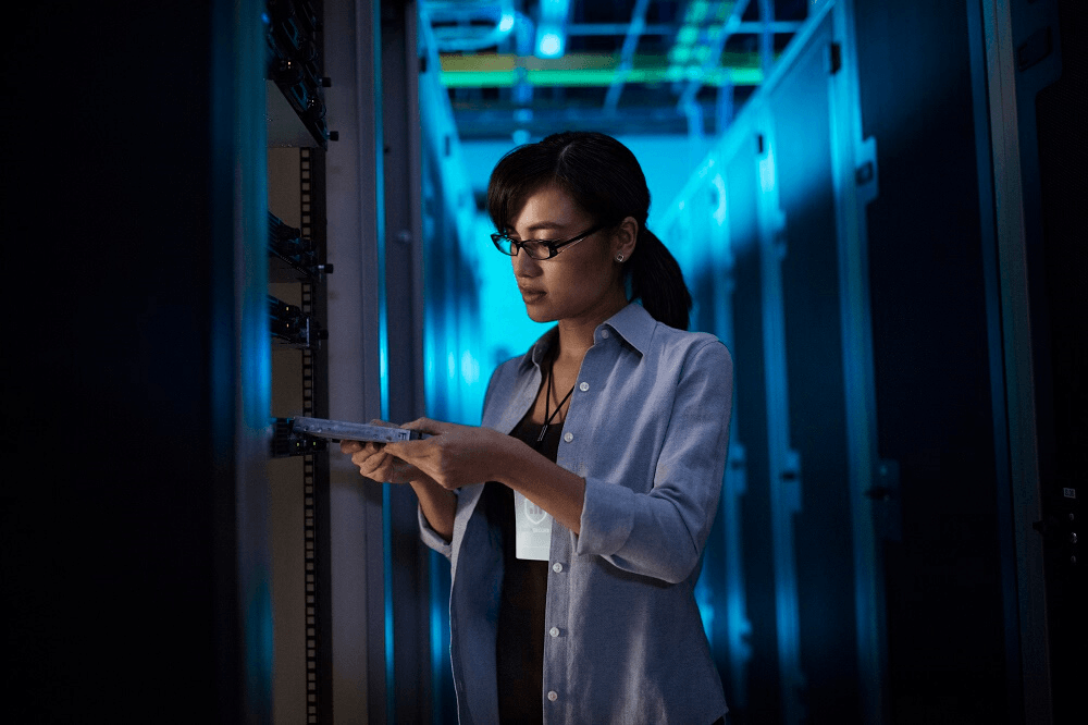 data center ssd woman working on cloud migration