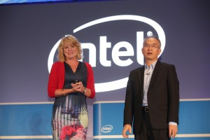 Diane Bryant and Fang-Ming Lu, corporate executive vice president of Foxconn, announce an agreement to accelerate 5G transformation. At Computex 2016, Intel showcases how boundaries of computing are expanding as billions of smart and connected devices deliver new experiences, data-rich services and breakthrough insights. Computex is May 31 to June 4, 2016, in Taipei, Taiwan. (Credit: Intel Corporation)