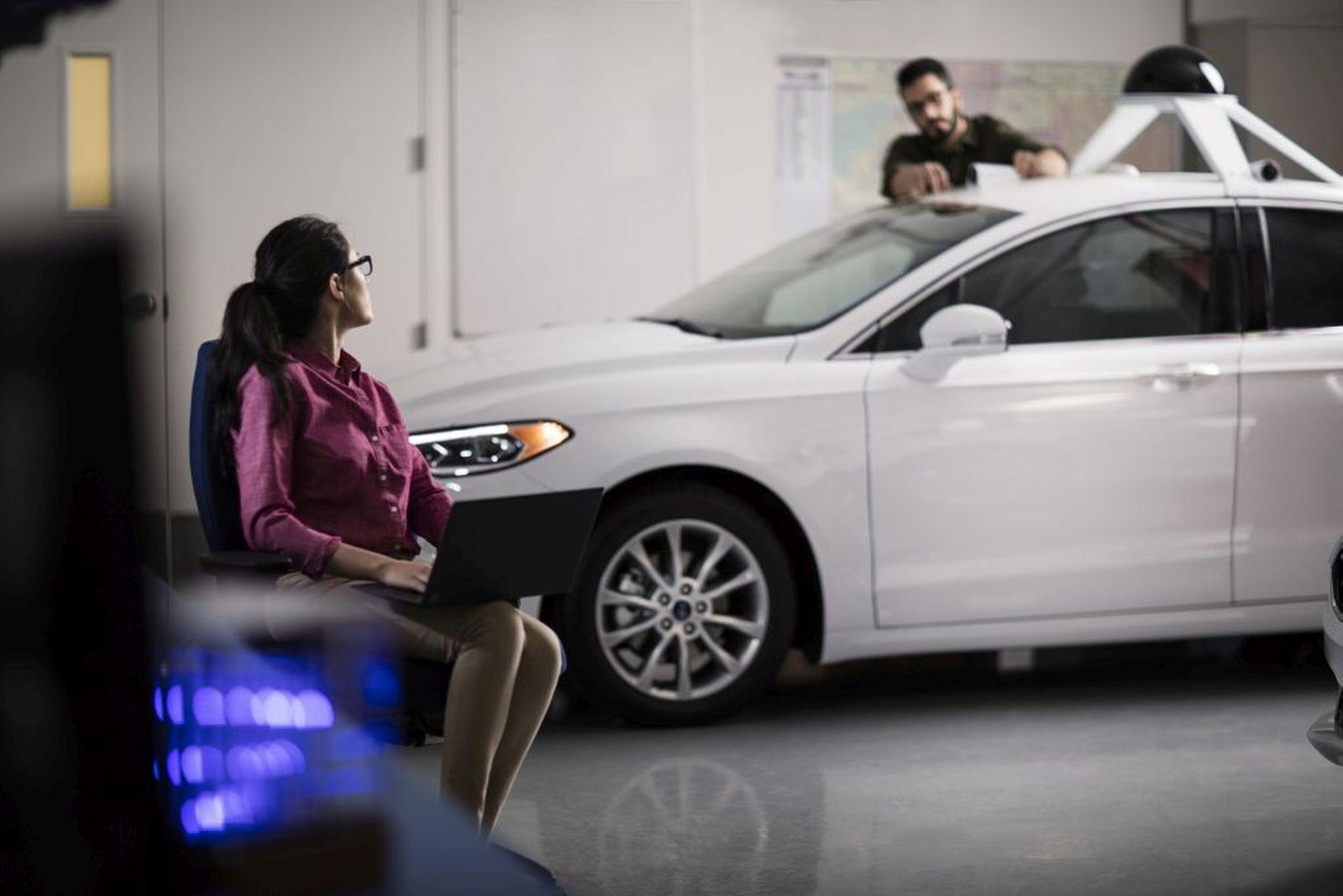 autonomous-driving-woman-man-collaborating