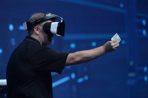 Craig Raymond, de Intel, muestra el casco de realidad virtual del Proyecto Alloy en el discurso de apertura del martes 16 de agosto, druante IDF. (Fuente: Intel Corporation).