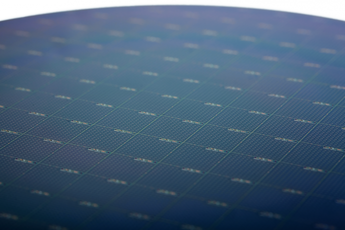 Intel-Silicon-Photonics-Wafer-690x460_c