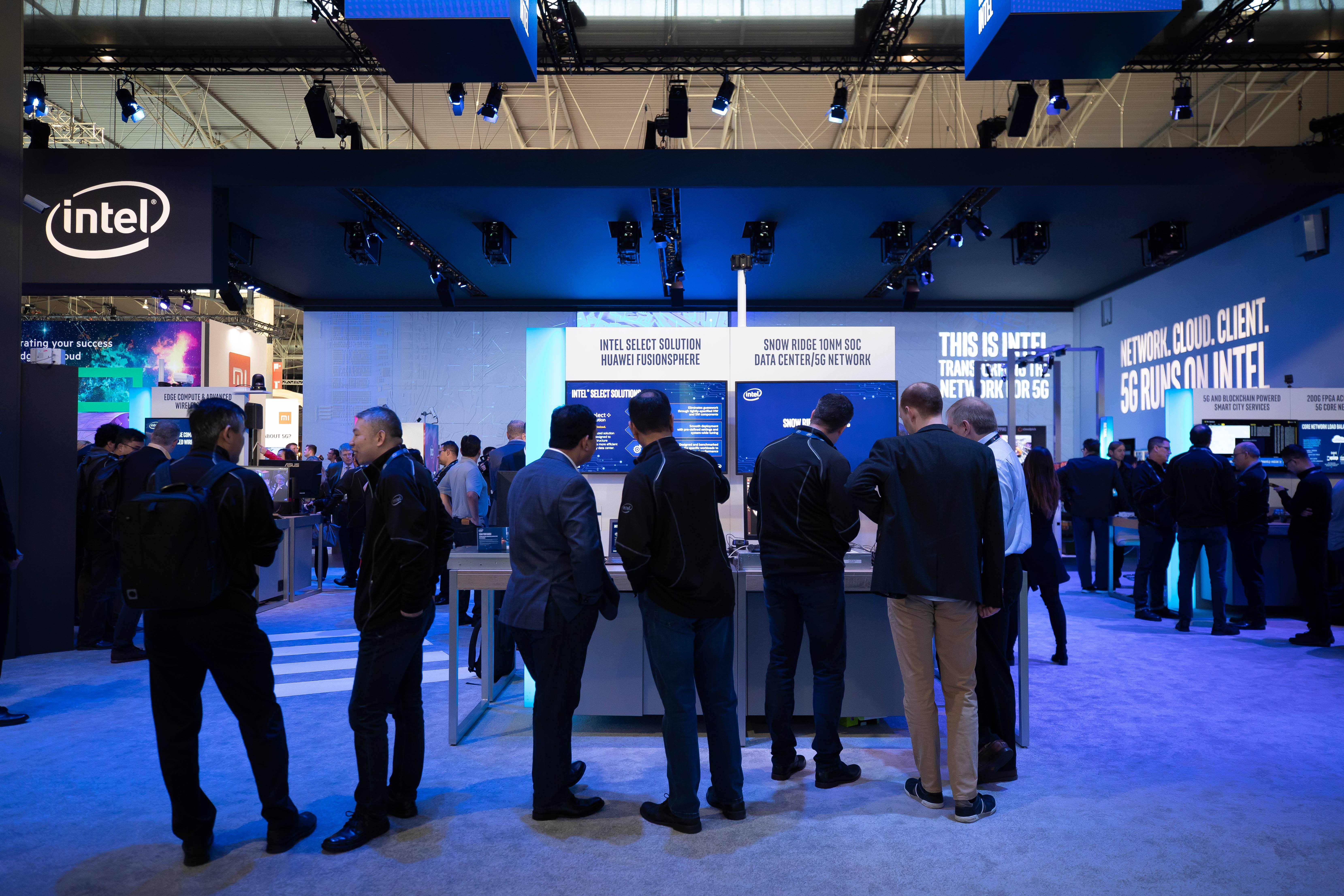 DAY 1: Visitors tour Intel's booth at MWC 2019 on Monday, Feb. 25, 2019. Intel showcase its latest technologies in 5G and networking from Feb. 25-28, 2019, at Mobile World Congress 2019 in Barcelona. (Credit: Intel Corporation)