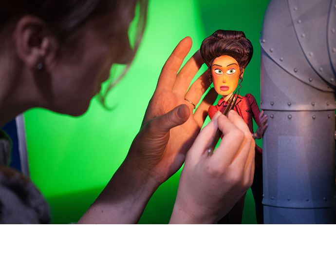 """A animadora da Laika Stop Motion, Rachelle Lambden, anima com habilidade a personagem Adelina, um frame de cada vez, durante a produção de """"Link Perdido"""". (Imagem cortesia de Laika)"""