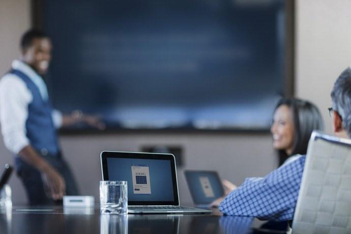 Intel Unite позволяет сотрудникам компаний мгновенно подключаться к совещаниям при помощи компьютера или планшета. При этом система легко интегрируется с уже имеющимся оборудованием и программным обеспечением переговорных комнат. (Фото принадлежит: Intel Corporation)