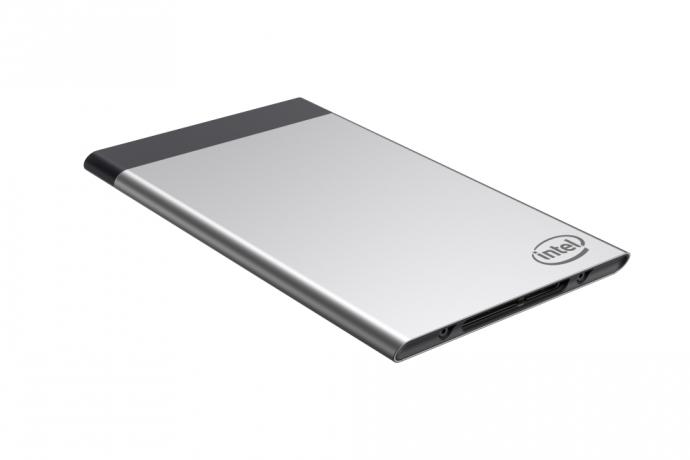Intel Compute Card представляет собой модульную вычислительную платформу, в состав которой вошли все компоненты полноценного компьютера, в том числе Intel SoC, модуль памяти, накопитель и сетевые интерфейсы. Платформу можно подключить к готовому устройству посредством разъёма, а по своим габаритам она лишь немного длиннее обычной кредитной карты (95x55x5 мм).