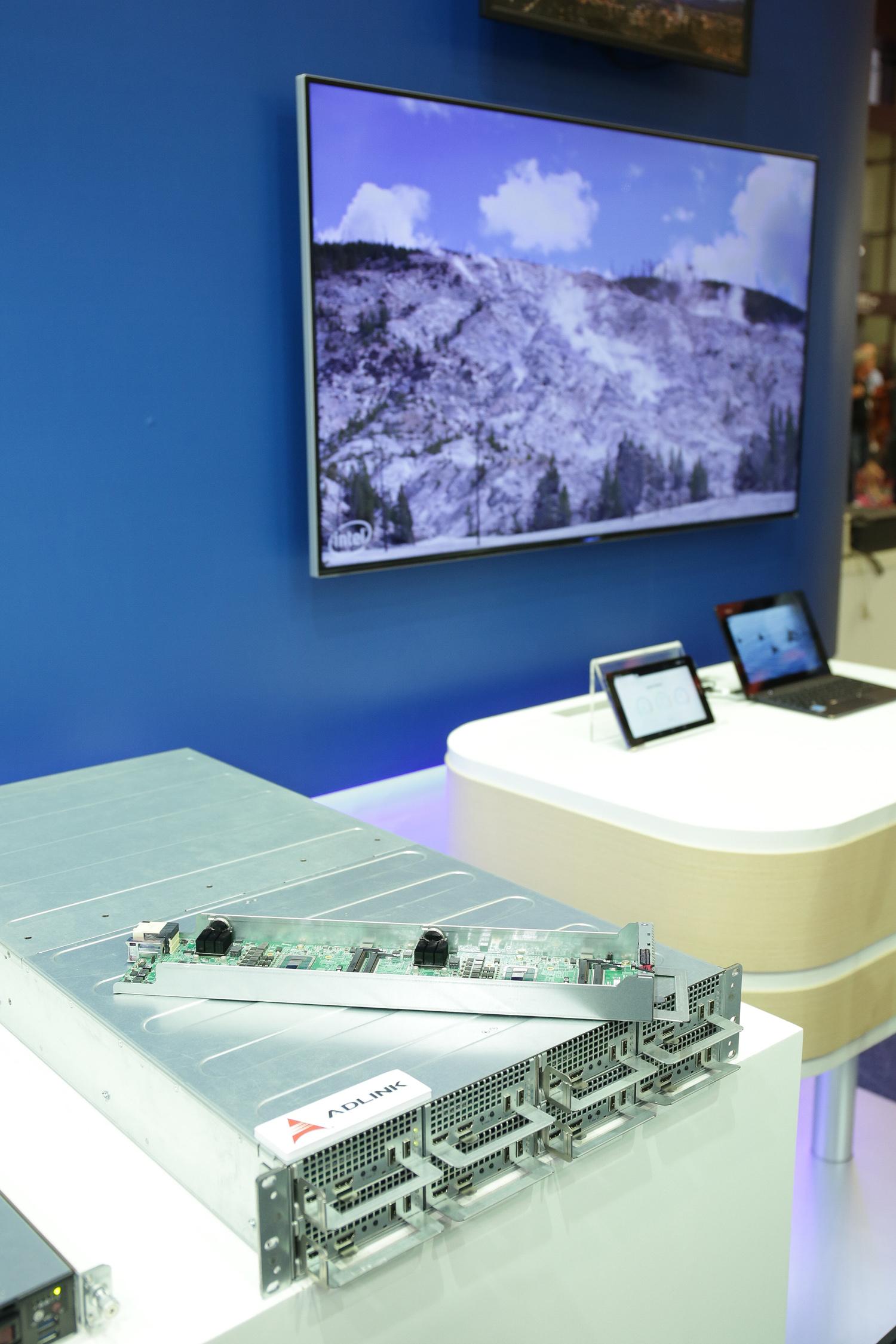 針對資料中心與電信雲所推出的視覺運算解決方案 展出Intel® Xeon® E3-1585 v5處理器如何提供即時4K HEVC格式影片轉檔與傳輸功能。Xeon E3-1585 v5處理器擁有強大的嵌入式繪圖引擎與編解碼器 - Intel® Quick Sync video元件 - 可以運用硬體強化的加速機制,採用最新HEVC編解碼技術進行影片轉檔。這項加速功能速度極快,因此每個處理器能同步處理2 個4k 30fps即時影像流。