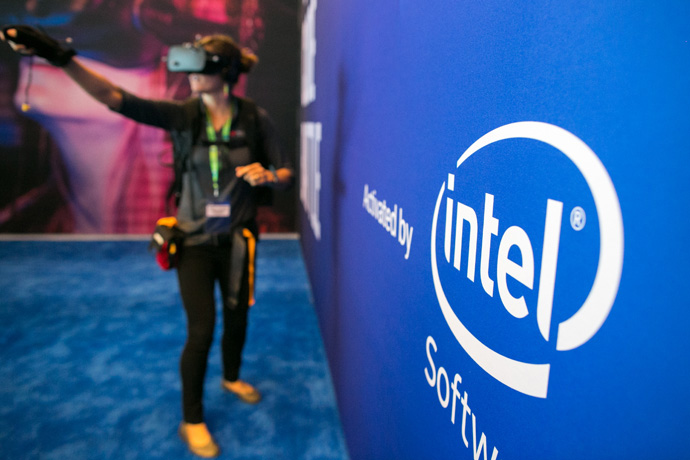 Kaelley Farnham of Keysight Technologies experiences the game Virtual Code Battle at the 2016 Intel Developer Forum in San Francisco on Tuesday, Aug. 16, 2016. (Credit: Intel Corporation)