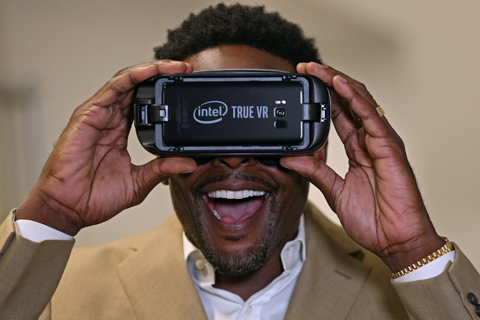 Former NBA player Chris Webber tries out the Intel TrueVR experi